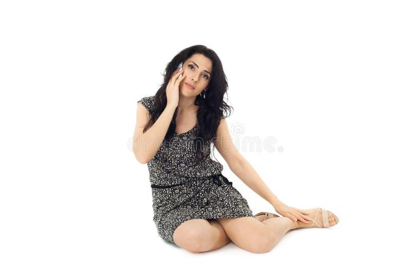 Mujer joven que usa el teléfono imágenes de archivo libres de regalías