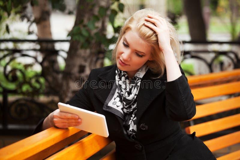 Mujer joven que usa una tableta digital imagen de archivo libre de regalías