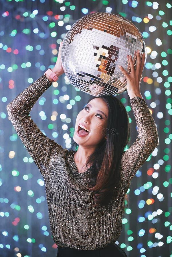 Mujer joven que va de fiesta emocionada imágenes de archivo libres de regalías
