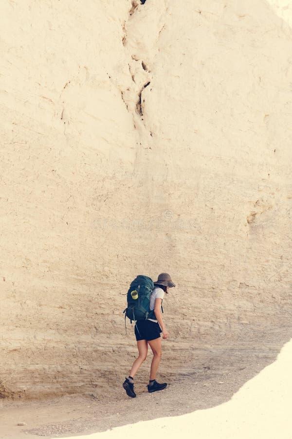 Mujer joven que viaja con la mochila foto de archivo