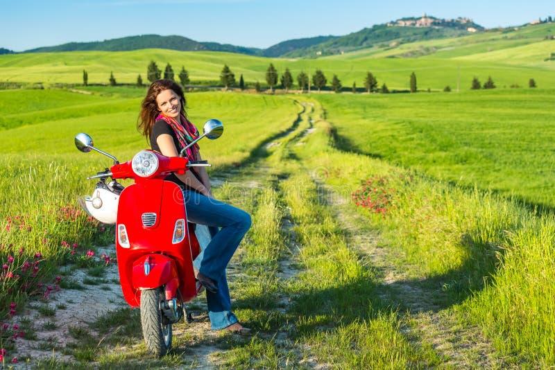 Mujer joven que viaja en Toscana imagen de archivo