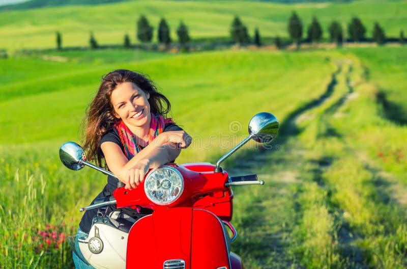 Mujer joven que viaja en Toscana imagenes de archivo