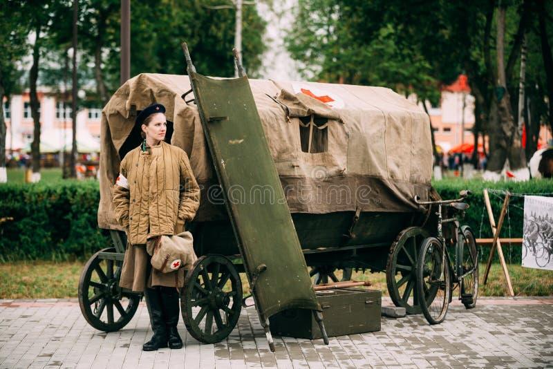 Mujer joven Reenactor vestido como soldado de ejército rojo soviético ruso imagen de archivo libre de regalías