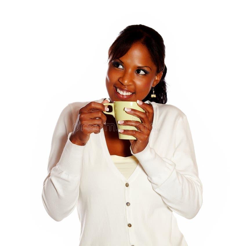 Mujer joven Relaxed que come café fotos de archivo
