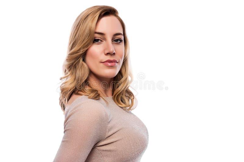 Mujer joven rubia atractiva Retrato de una mujer hermosa en un fondo blanco imagen de archivo