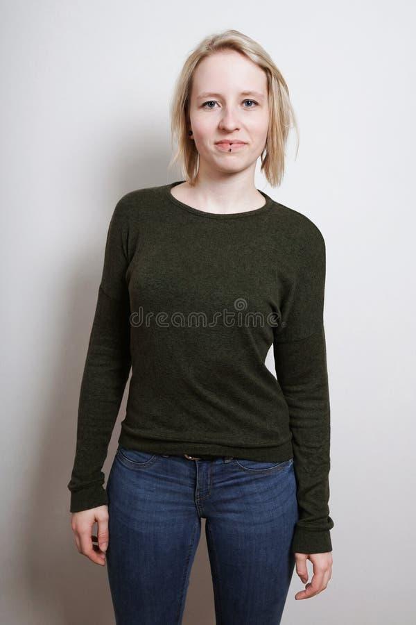 Mujer joven rubia de la longitud del tres cuartos imagen de archivo libre de regalías