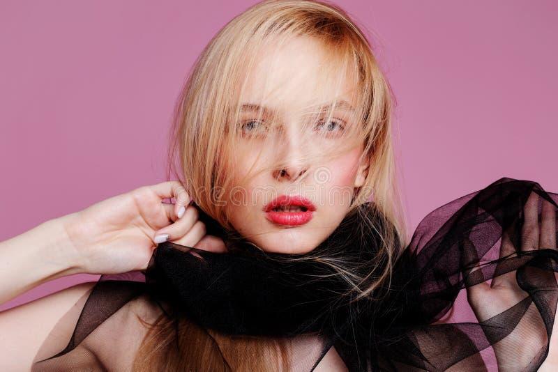 Mujer joven rubia en cuerpo elegante Muchacha que presenta en un fondo rosado Maquillaje y peinado Foto de la manera imagen de archivo