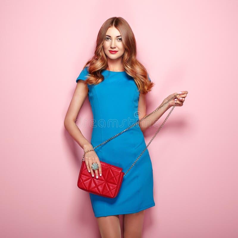 Mujer joven rubia en vestido azul elegante imagenes de archivo