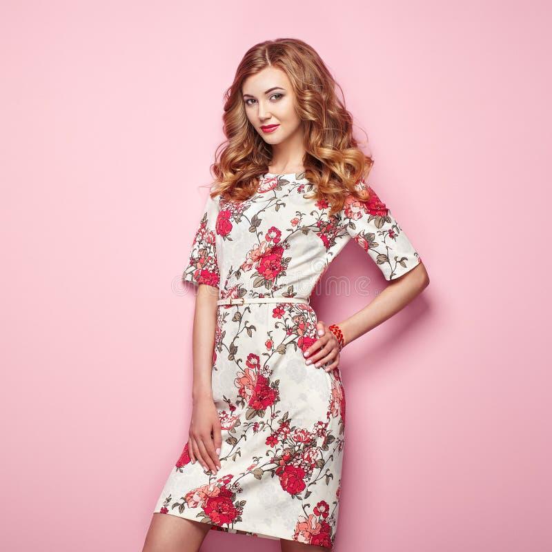 Mujer joven rubia en vestido floral del verano de la primavera fotografía de archivo libre de regalías