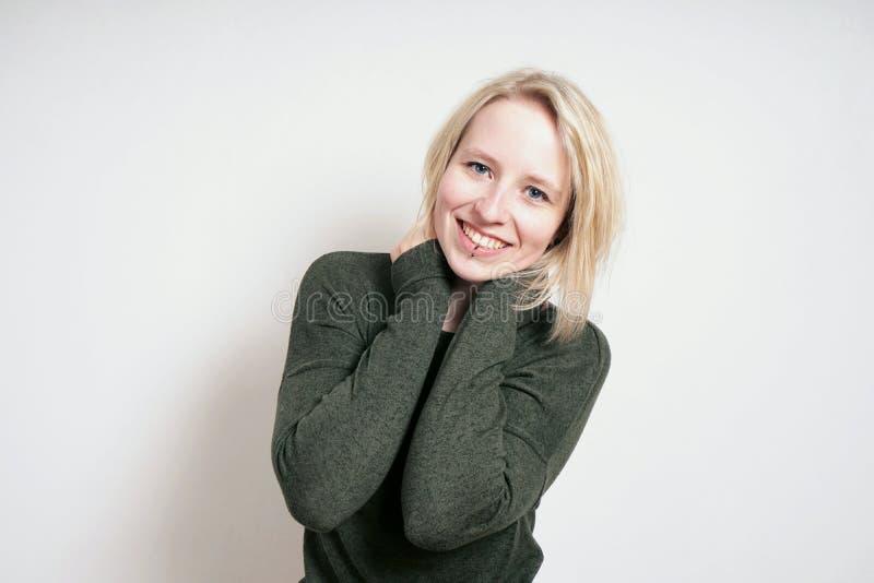 Mujer joven rubia feliz con sonrisa dentuda grande imagenes de archivo