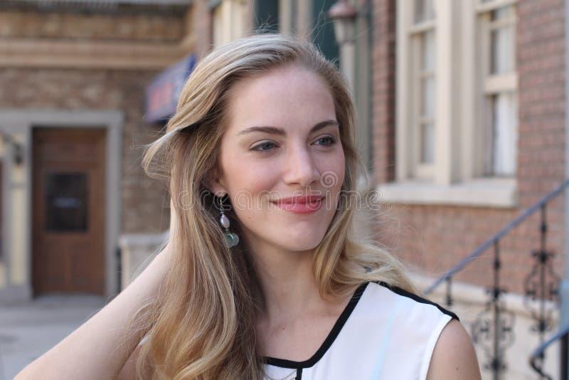 Mujer joven rubia hermosa foto de archivo
