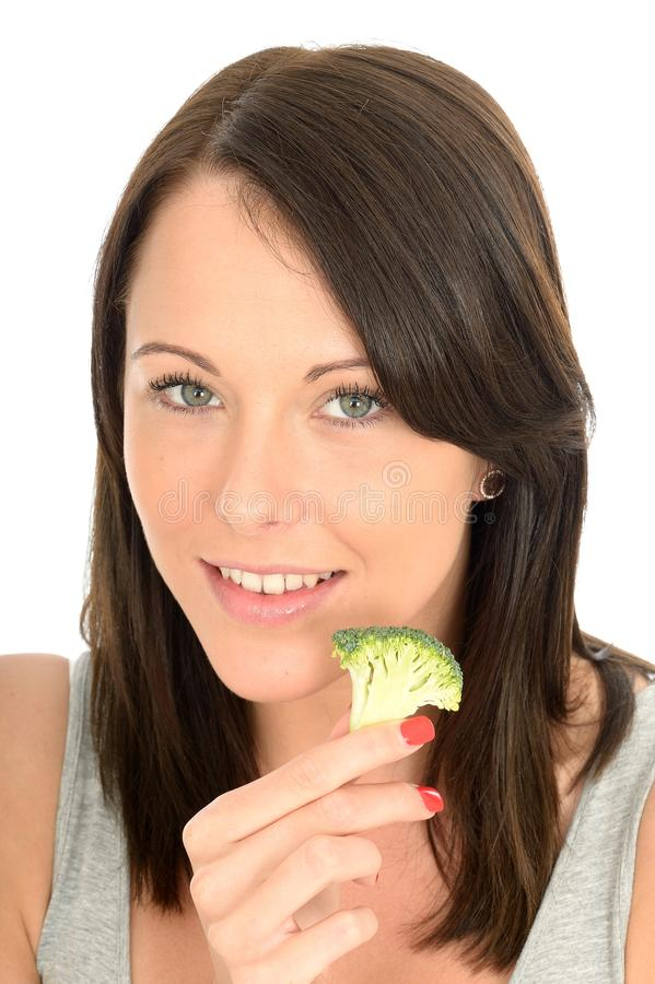 Mujer joven sana atractiva que come el bróculi foto de archivo libre de regalías