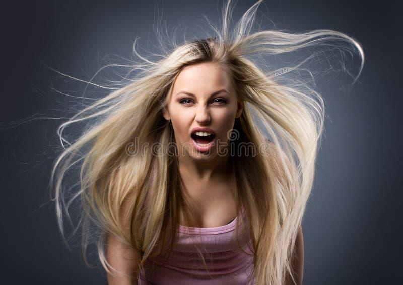 Mujer joven screaning imagen de archivo