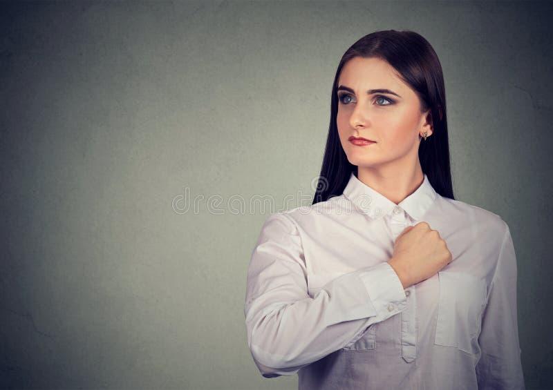 Mujer joven segura de sí mismo que mira lejos con orgullo fotografía de archivo libre de regalías