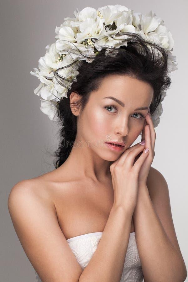 Mujer joven sensual atractiva hermosa que mira la cámara fotos de archivo