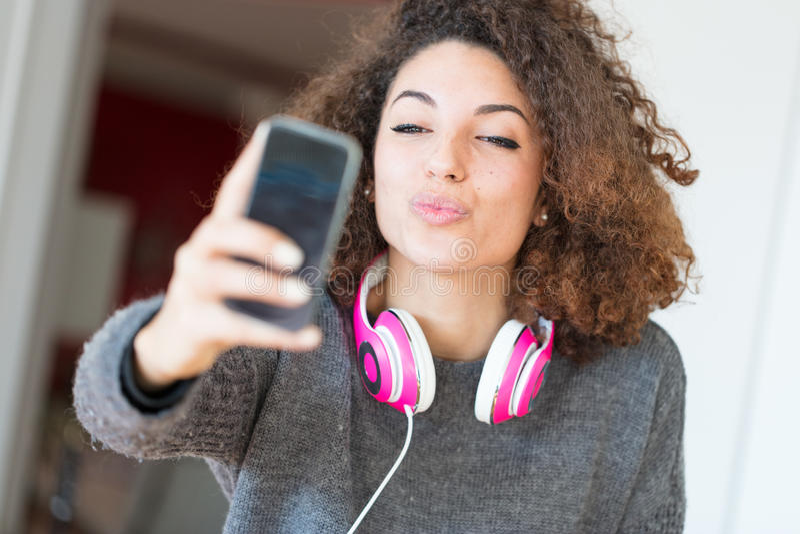 Mujer joven sensual atractiva que le toma el selfie imagenes de archivo