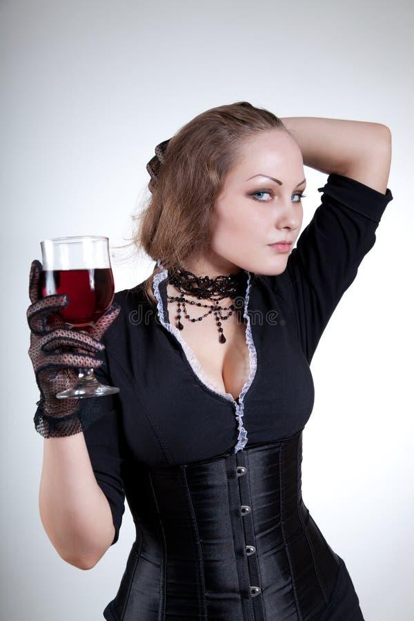 Mujer joven sensual con el vino rojo fotos de archivo libres de regalías