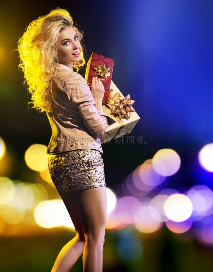 Mujer joven sensual con las porciones de regalos fotografía de archivo libre de regalías