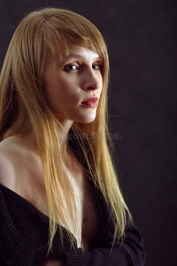 Mujer joven seria imagen de archivo