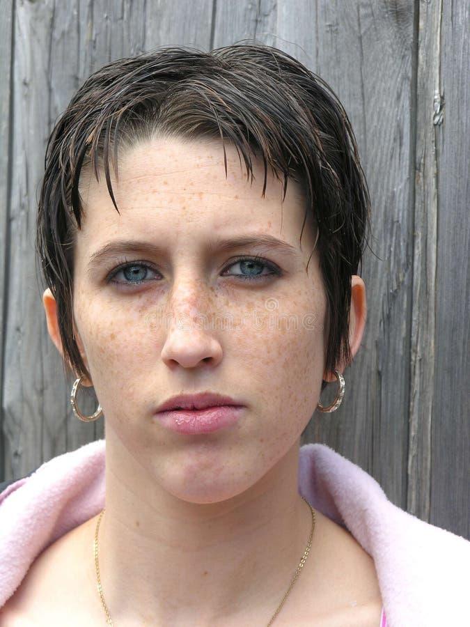 Mujer joven seria foto de archivo libre de regalías