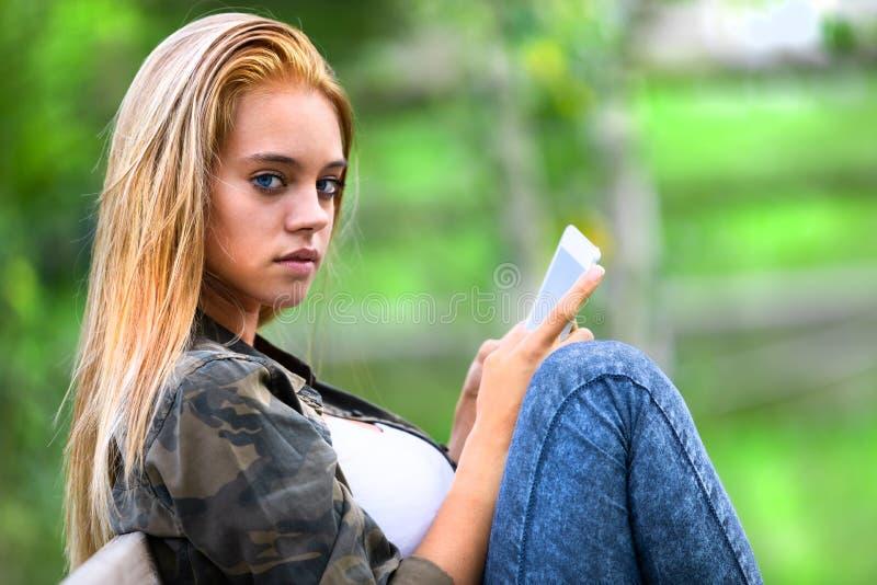 Mujer joven seria bochornosa que mira a un lado la cámara fotografía de archivo
