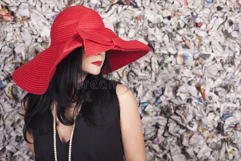Mujer joven sobre el fondo del grunge imágenes de archivo libres de regalías