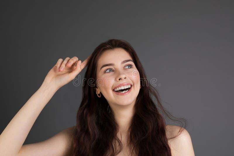 Mujer joven sociable de mirada amistosa con el pelo moreno imagenes de archivo
