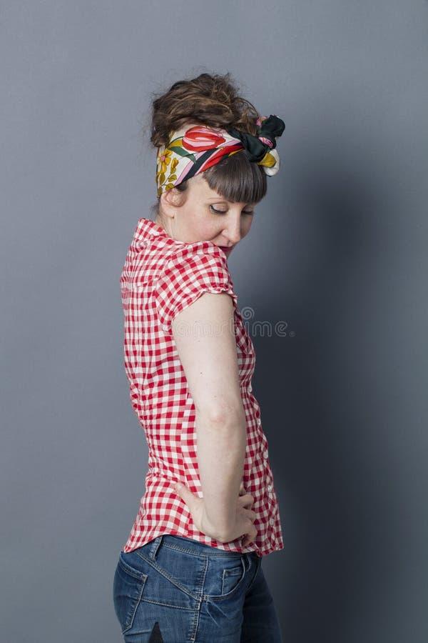 Mujer joven sofisticada hermosa con lenguaje corporal de fascinación atractivo imágenes de archivo libres de regalías