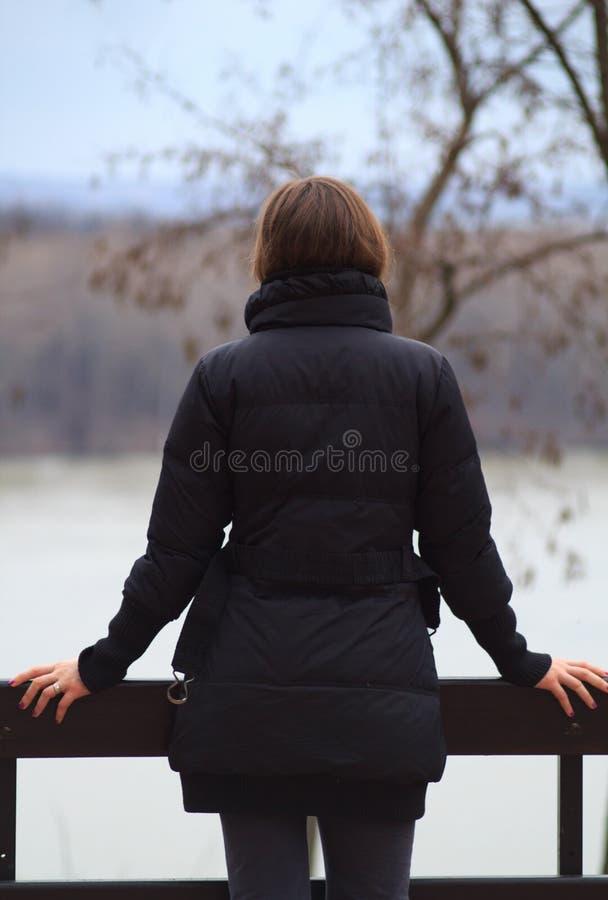 Mujer joven sola imagen de archivo libre de regalías