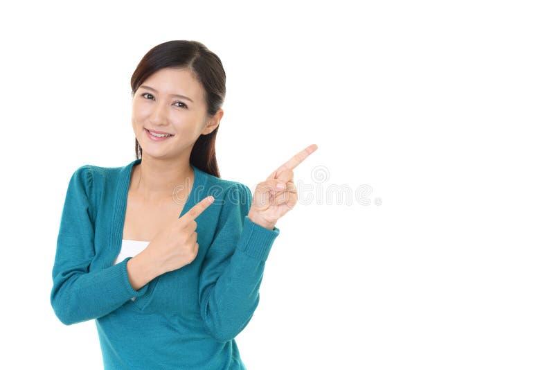 Mujer joven sonriente imagen de archivo libre de regalías