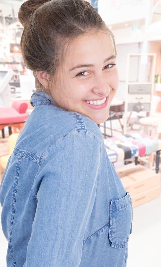 Mujer joven sonriente alegre de la muchacha en camisa de los vaqueros foto de archivo libre de regalías