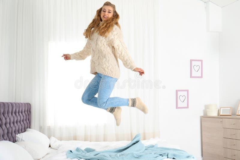 Mujer joven sonriente atractiva en suéter caliente acogedor fotos de archivo libres de regalías
