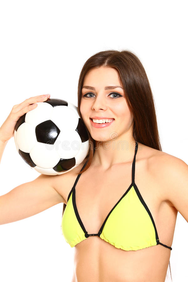 Mujer joven sonriente con el traje de baño y un balón de fútbol en un b blanco fotografía de archivo