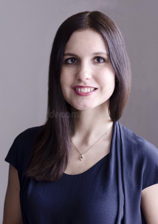 Mujer joven sonriente confiada fotos de archivo
