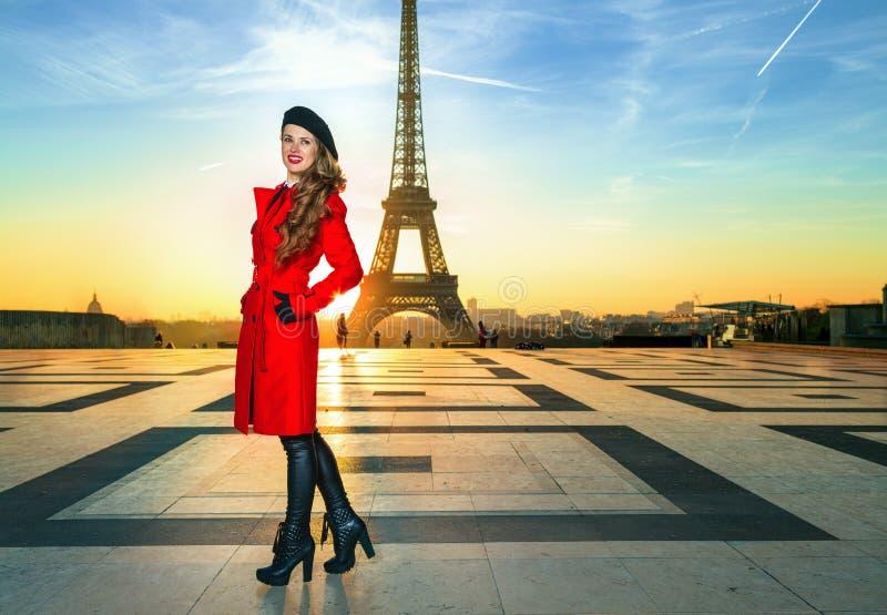 Mujer joven sonriente contra torre Eiffel en París, Francia fotos de archivo