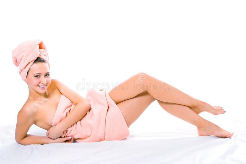 Mujer joven sonriente de la belleza en toalla fotos de archivo libres de regalías