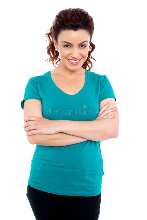 Mujer joven sonriente del dulce que presenta ocasional fotografía de archivo libre de regalías