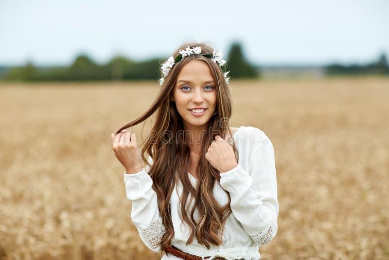 Mujer joven sonriente del hippie en campo de cereal foto de archivo libre de regalías