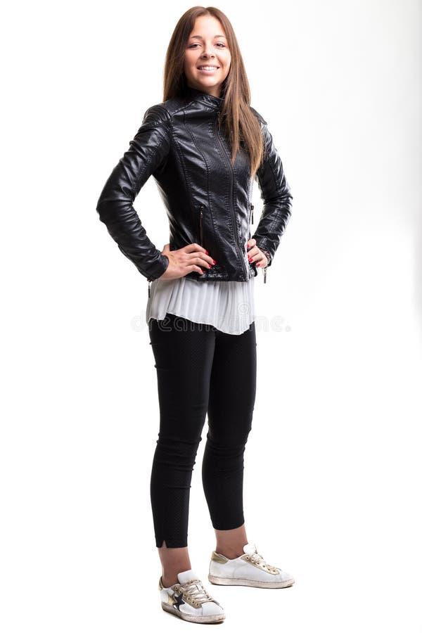Mujer joven sonriente del inconformista en la moda de moda foto de archivo