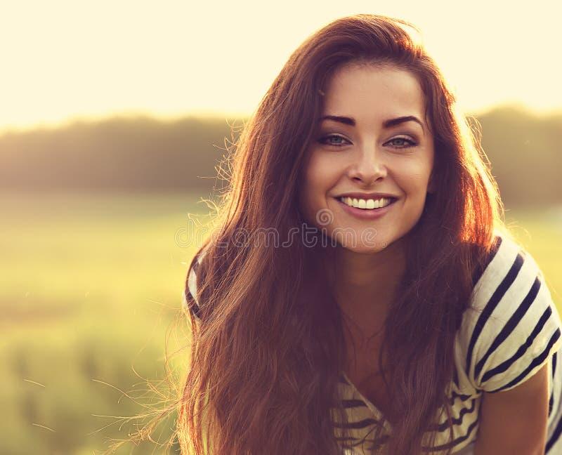 Mujer joven sonriente dentuda hermosa que parece feliz con ama largo fotos de archivo