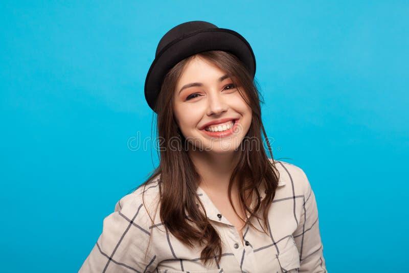Mujer joven sonriente emocionada imagen de archivo