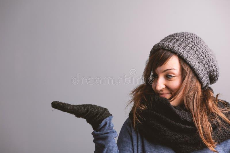 Mujer joven sonriente en la moda del invierno fotografía de archivo