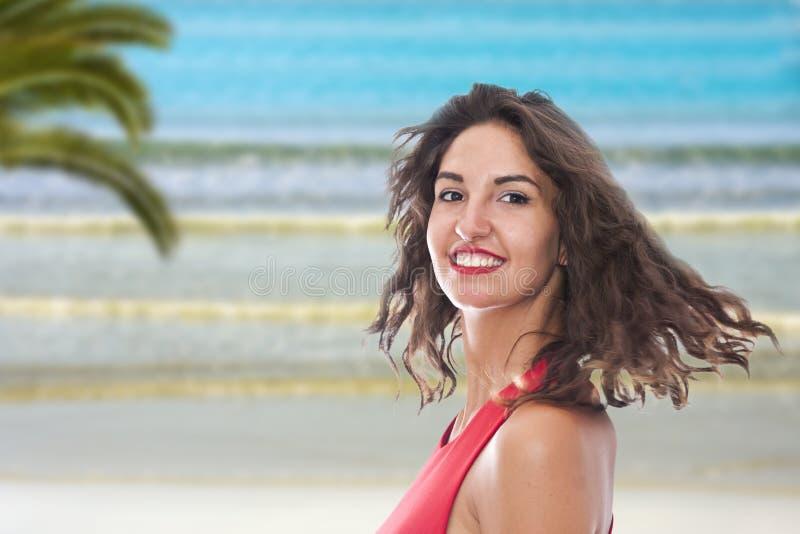 Mujer joven sonriente en la playa foto de archivo libre de regalías