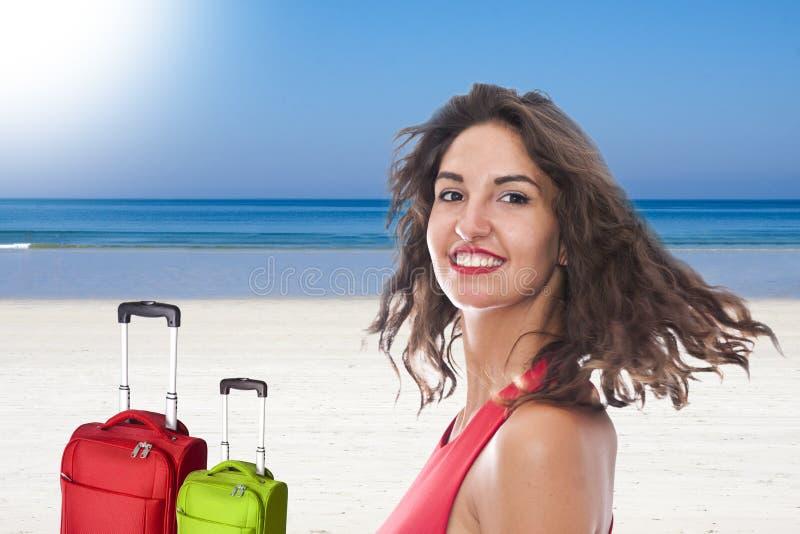 Mujer joven sonriente en la playa foto de archivo