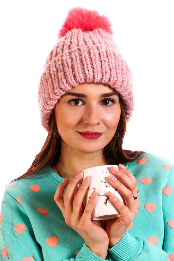 Mujer joven sonriente en un sombrero caliente imagenes de archivo