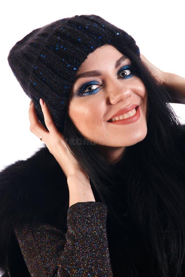 Mujer joven sonriente en un sombrero caliente imagen de archivo