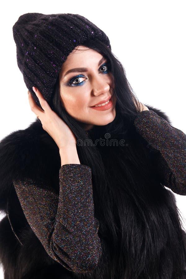 Mujer joven sonriente en un sombrero caliente fotos de archivo