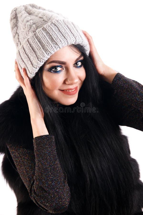 Mujer joven sonriente en un sombrero caliente fotos de archivo libres de regalías