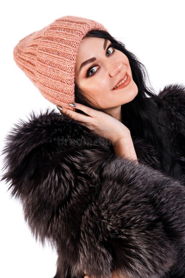 Mujer joven sonriente en un sombrero caliente imagen de archivo libre de regalías