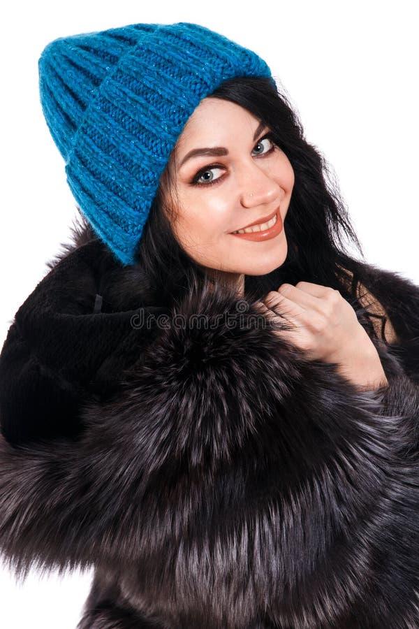 Mujer joven sonriente en un sombrero caliente fotografía de archivo